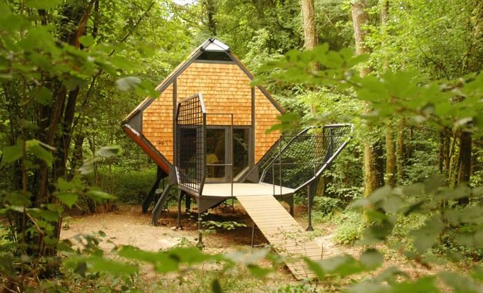 Le Nichoir - домик для ночевки в лесу.