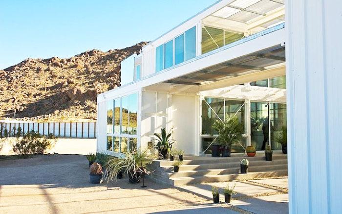 EcoTech - дом из контейнеров в пустыне Мохава.