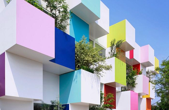 Разноцветные кубы фасада банка.
