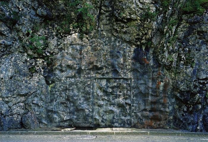 Бункер, замаскированный под горный пейзаж.