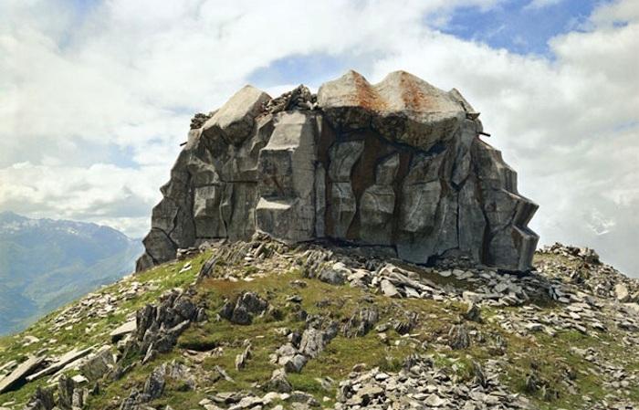 Бункер, напоминающий скалу.