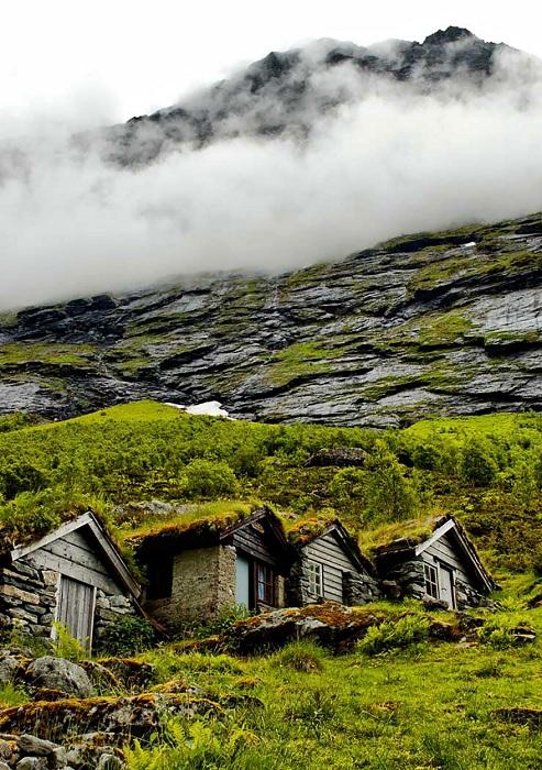 Домики, гармонично вписавшиеся в суровый пейзаж.