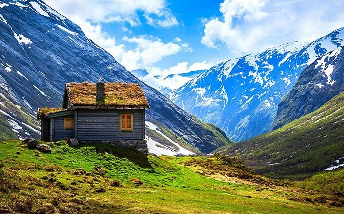 Одинокий домик посреди суровой природы.