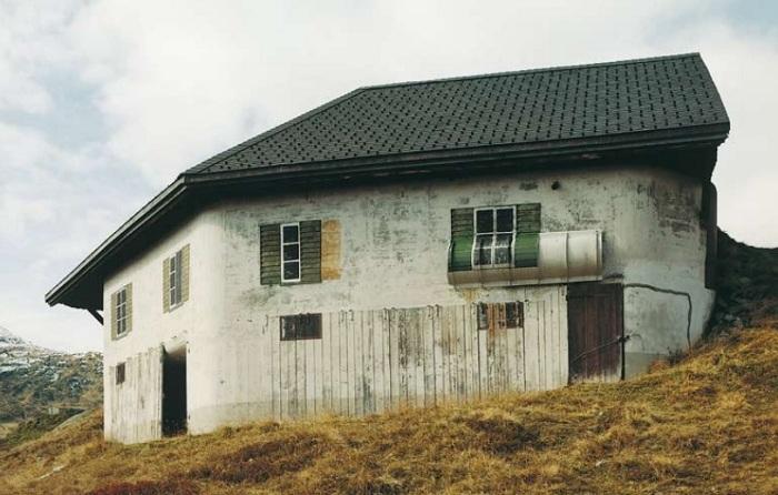 Военный бункер, замаскированный под жилой дом.