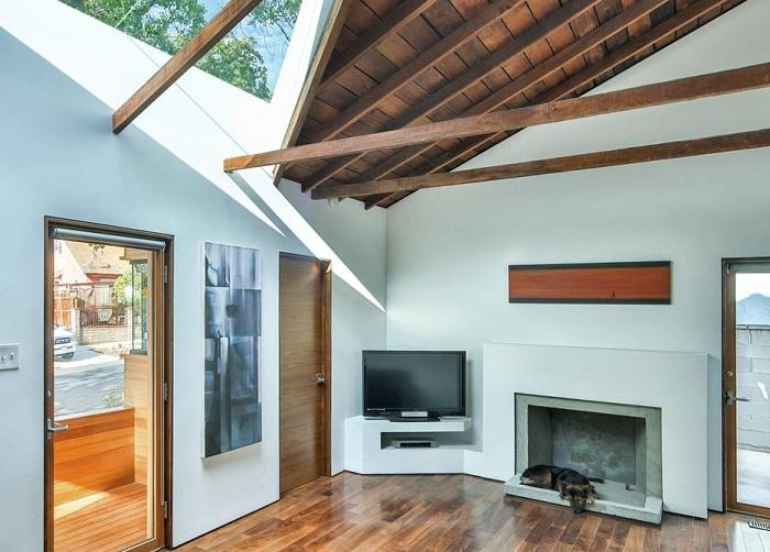 Балочные перекрытия добавили колорита дизайну дома.