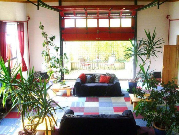Гостиная с поднимающимися красными воротами.