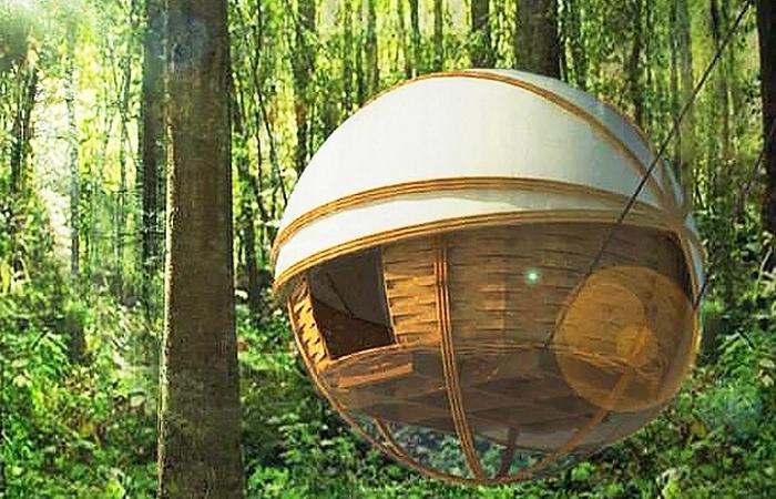 Spherical eco-lodge - сферический домик, подвешенный между деревьев.
