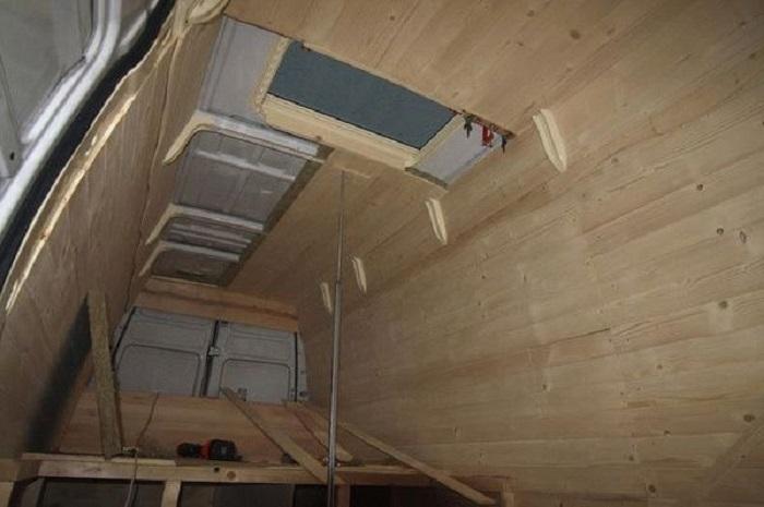 Парень обшил внутреннюю часть фургона натуральной древесиной.