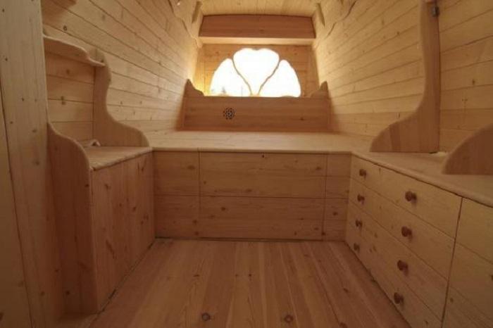 Изнутри фургон обшит натуральной древесиной.