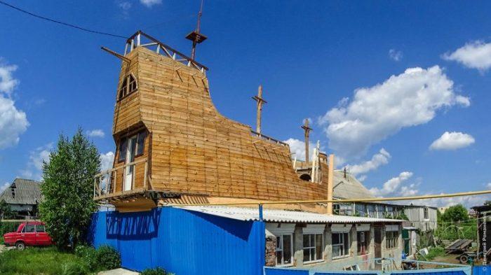 Модель корабля, который житель Белгородской области строит у себя на участке. | Фото: odditycentral.com.