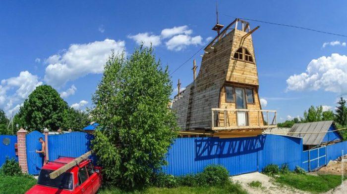 Валерий Васильевич Кику строит корабль на крыше мастерской. | Фото: romanenko.livejournal.com.