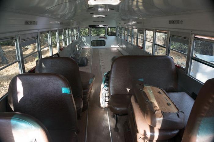 Старый школьный автобус превратили в комфортабельное жилище.