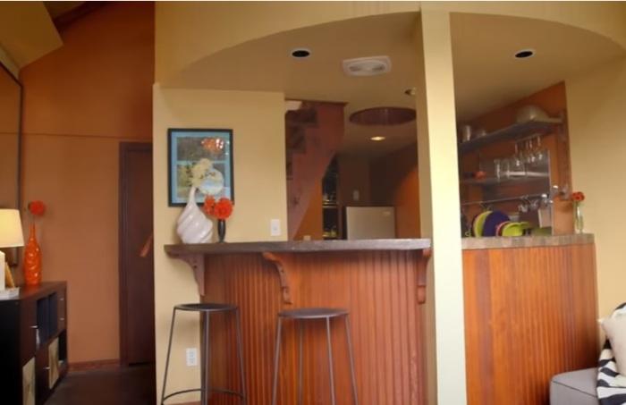 За барной стойкой оборудована кухня.