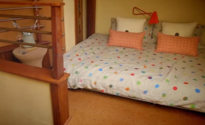 Спальня в домике, переделанном из гаража.