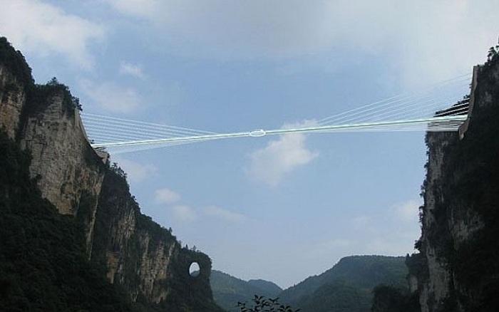Стеклянный мост, расположенный на высоте 370 метров.