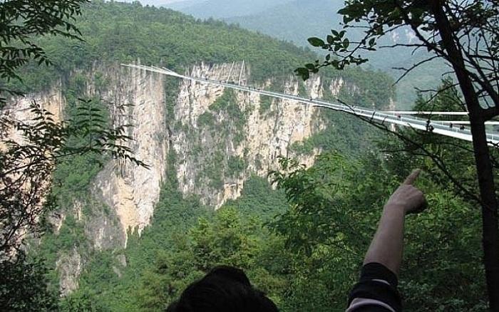 Самый длинный стеклянный мост в мире, расположенный в каньоне Zhangjiajie Grand Canyon (Китай).