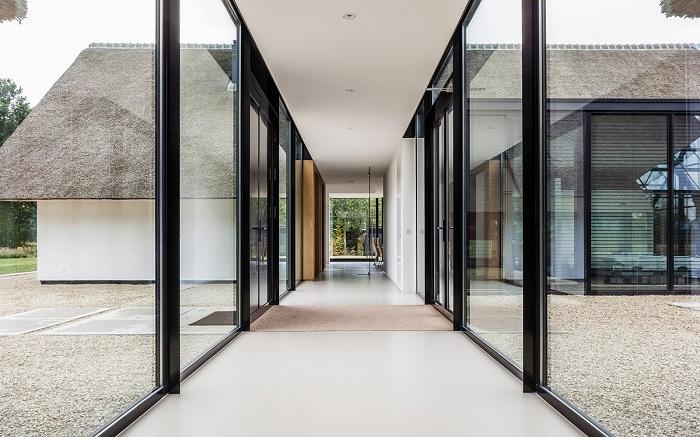 Вилла от архитекторской студии Maas Architecten. Стеклянный переход.