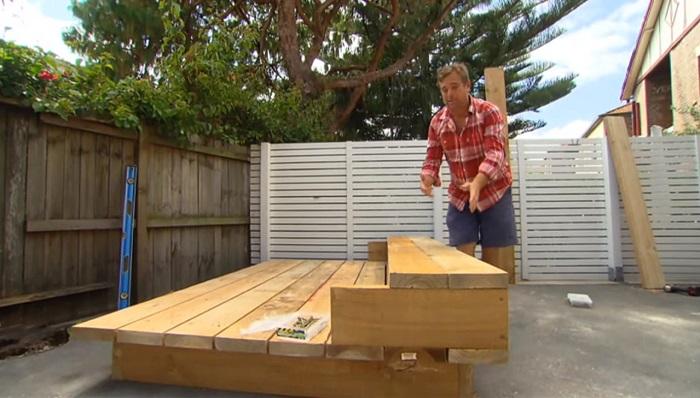 Джейсон Ходжес строит кровать, которая будет стоять посреди двора.