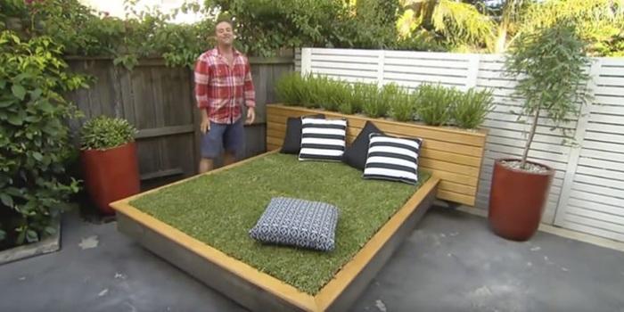 Кровать с газоном - отличное место для отдыха во дворе.