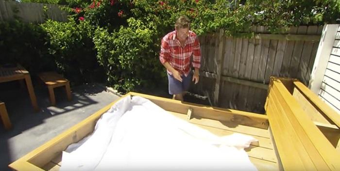 На дно кровати - гидроизоляция.