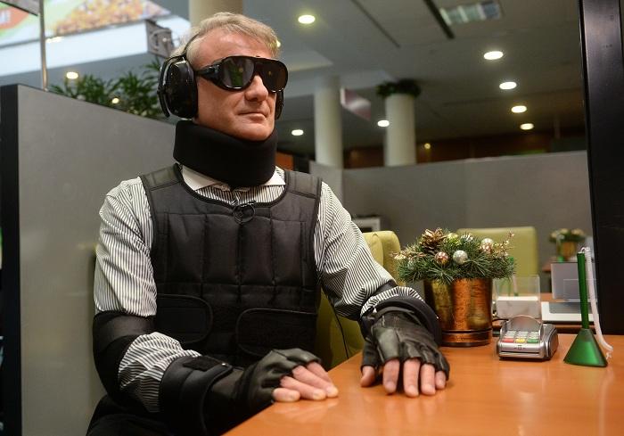 Глава правления Сбербанка России Герман Греф в костюме, симулирующем инвалидность. | Фото: forum-msk.org.