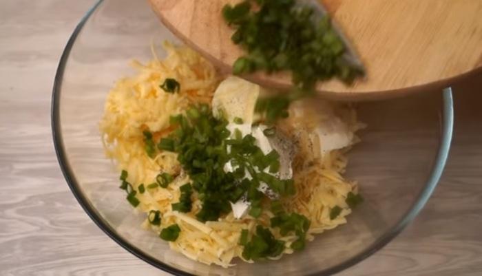 Добавьте в начинку зеленый лук.
