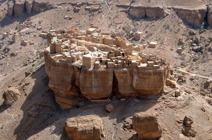 Селение из глины в долине Wadi Dawan.