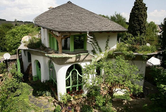 Эко-дружественный дом, построенный из глины.