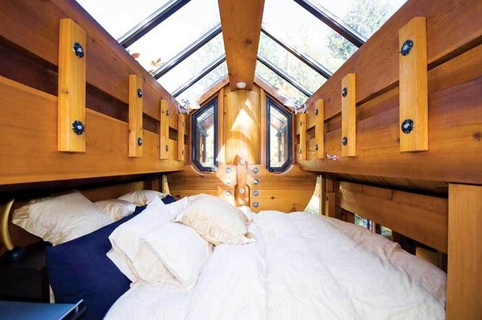 The Totems. Двуспальная кровать.