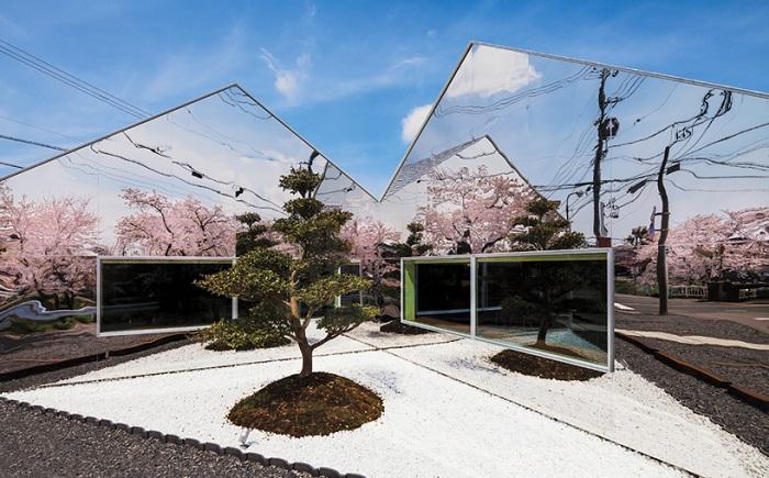 Зеркальное кафе в саду цветущих сакур.