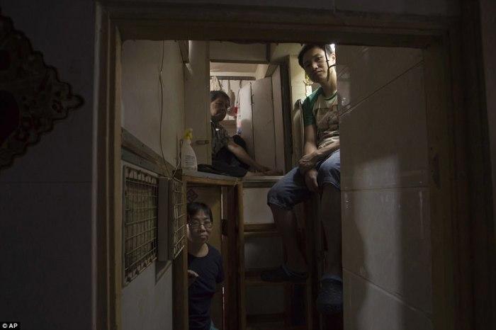 Жители Гонконга, живущие в мини-квартирах.