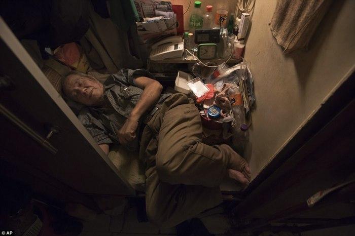 Квартира-гроб, в которой житель Гонконга даже не может распрямить ноги.