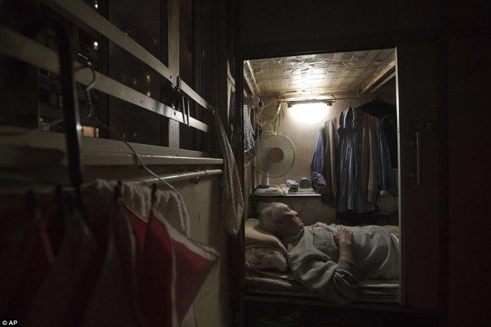 Клетушка, в которой, из-за непосильной арендной платы, вынуждены жить китайцы.