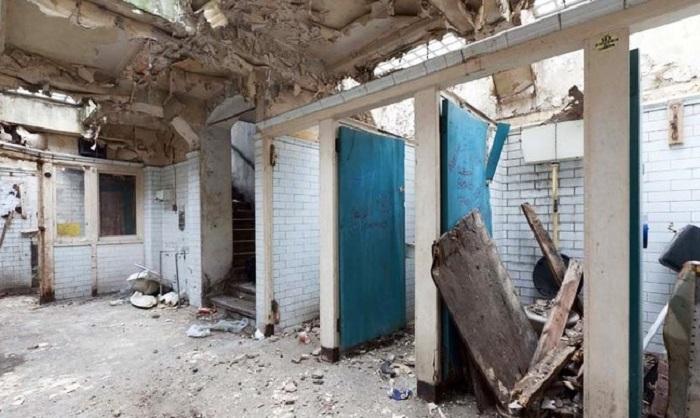 Общественный туалет превратили в комфортное жилище.