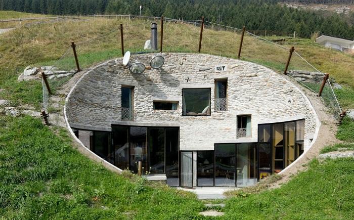 Вилла, интегрированная в альпийский ландшафт.
