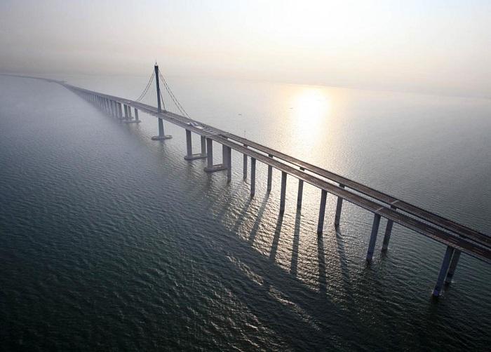 Самый длинный мост в мире (164,8 км).