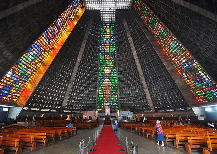 60-метровые витражи в соборе Catedral Metropolitana de Sao Sebastiao.