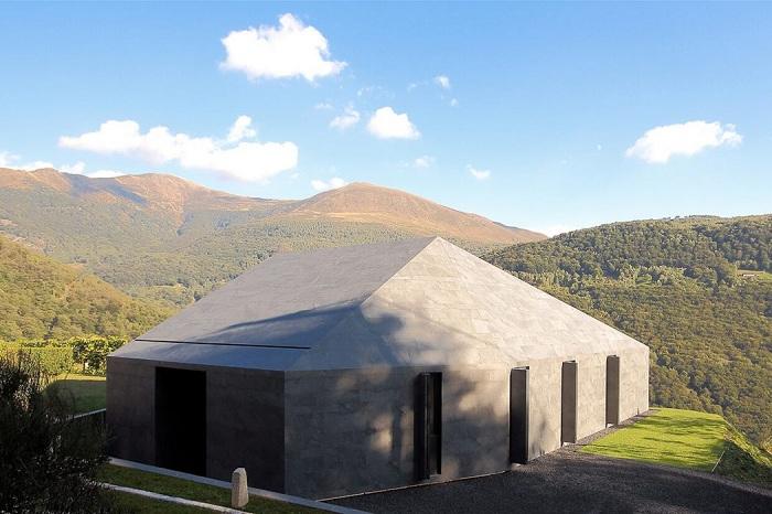 Montebar Villa - монолитный особняк в Альпах.