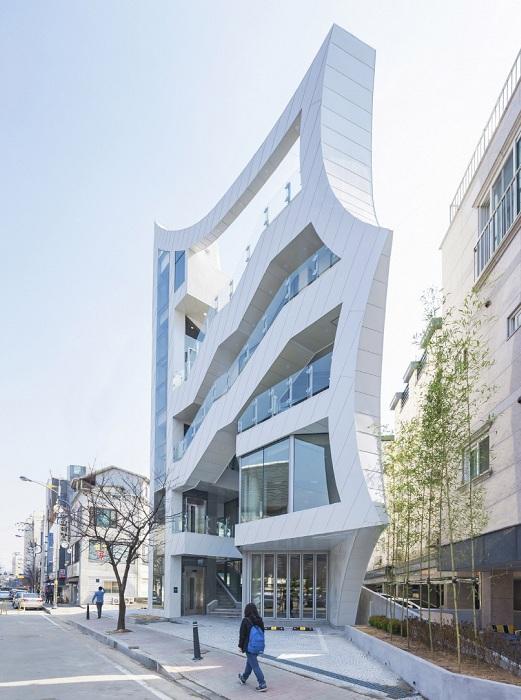 Archi-FIORE - здание с причудливым фасадом.