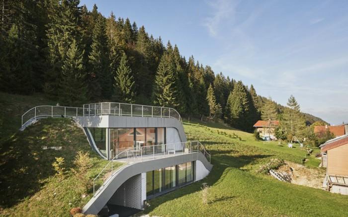 Casa Jura - особняк, интегрированный в живописный ландшафт.