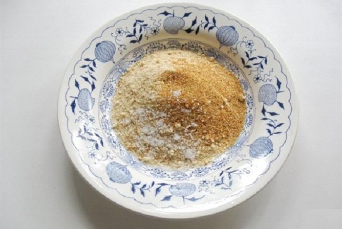Натертый сыр перемешать с панировочными сухарями.