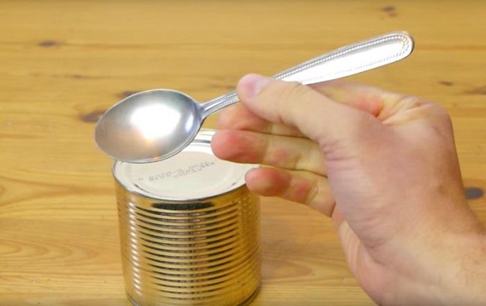 Как открыть консервную банку при помощи ложки.