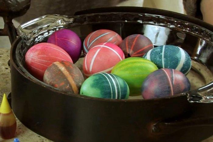 Крашеные яйца с необычным узором. | Фото: ostrnum.com.