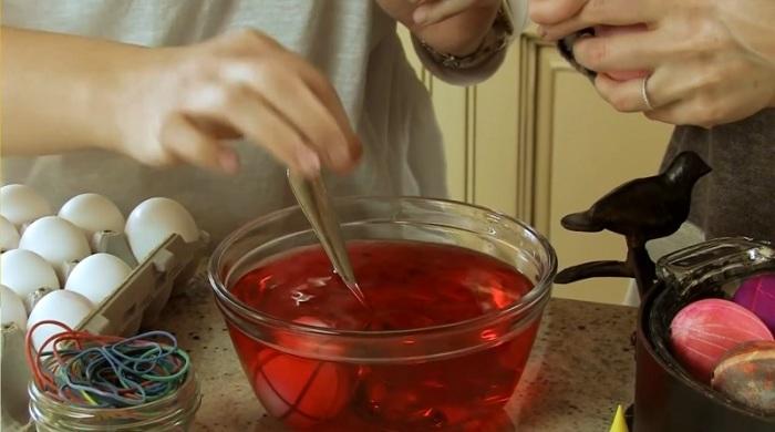 Яйца в воде с красителем нужно держать от 30 до 60 секунд. | Фото: ic.pics.livejournal.com.