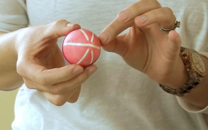 Чтобы не смазать рисунок, резинки снимать очень аккуратно. | Фото: ostrnum.com.
