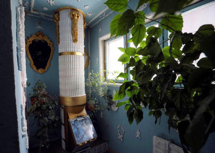 Мусоропровод, стилизованный под античную колонну.