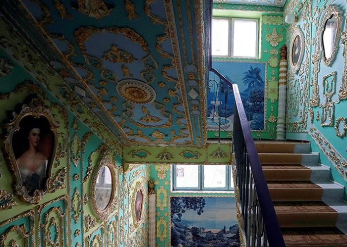 Лестничная клетка, напоминающая дворец.