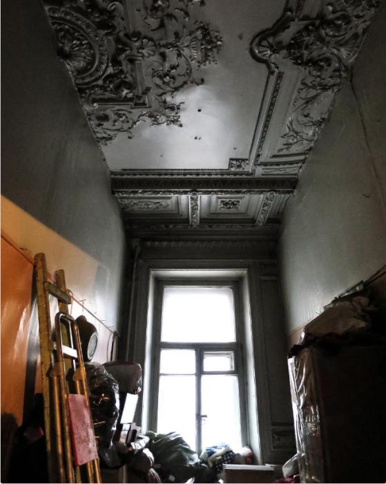 Комната в питерской коммунальной квартире.
