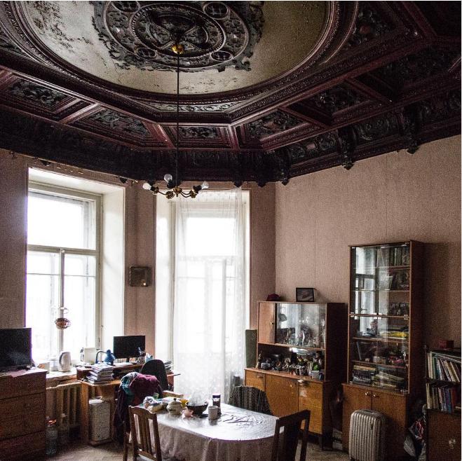 Старая советская мебель в питерской коммуналке.