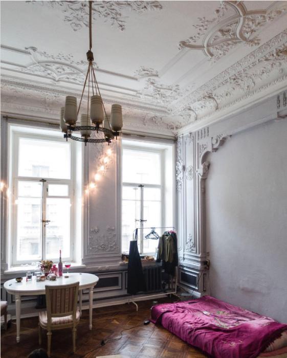 Нищенский интерьер в некогда шикарных апартаментах.